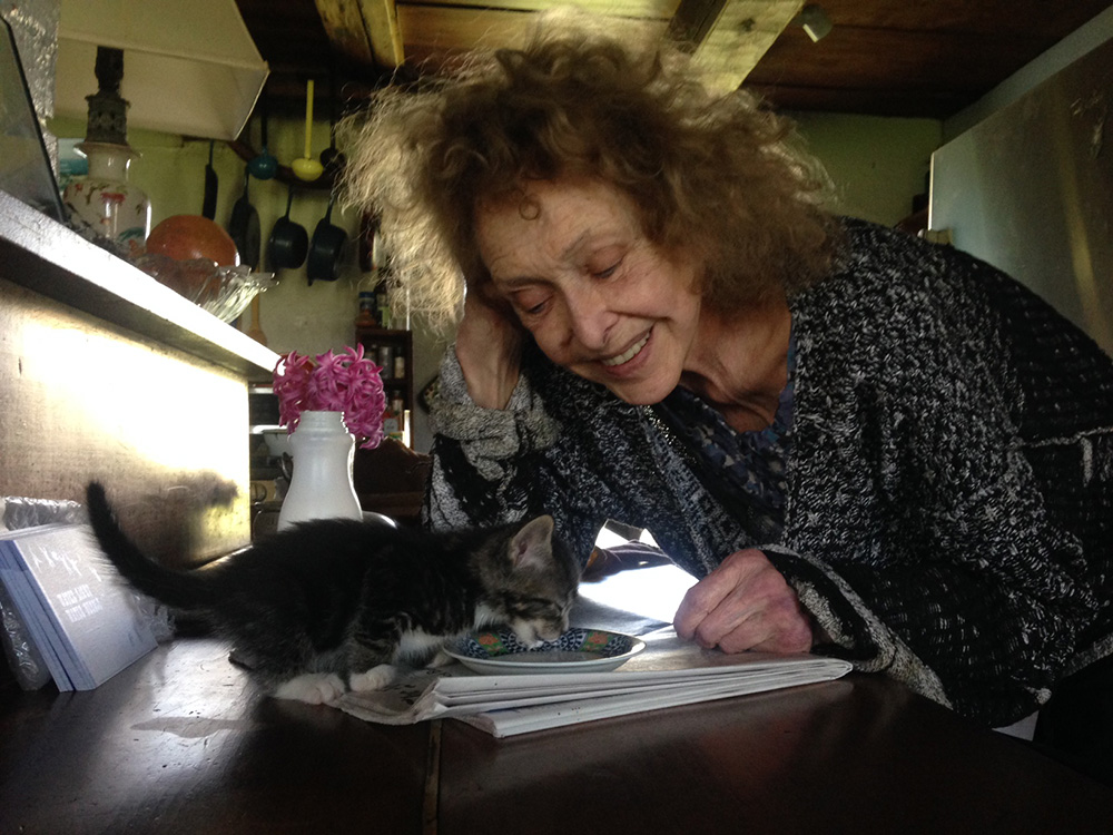 Carolee Schneemann with her cat.